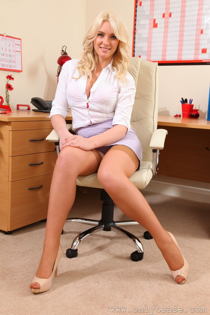 Sexy secretary babe slowly pulls on her leather thigh boots 2